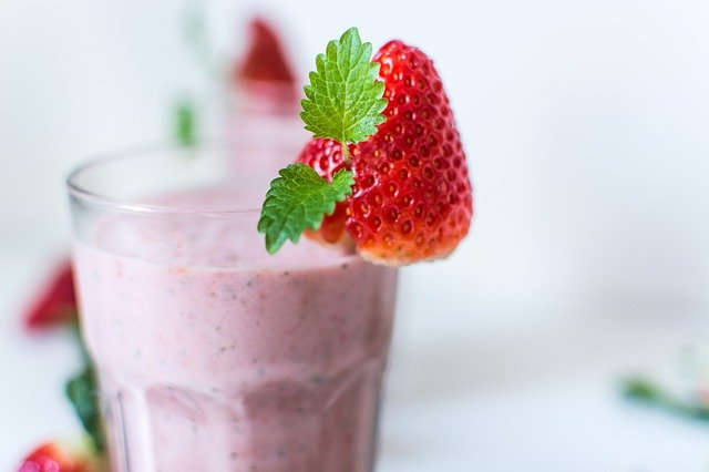 MILKSHAKE RECIPES EASY - HOW TO MAKE A STRAWBERRY MILKSHAKE